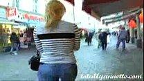 Молодая разрешила потрогать себя за задницу