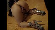 Сексуальные сучки рвут свои анальные отверстия большими предметами видео