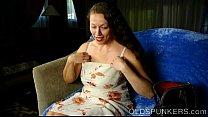Rijpe slet vingert haar anus en duwt dildo in haar spleet