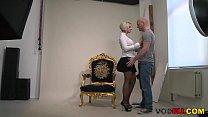 Blonde Milf wird an den Photoshoot gefickt