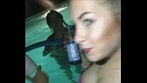 Baise dans la piscine