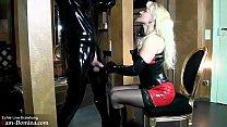 BDSM Latexsklave bekommt live Erziehung von sei...