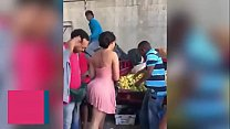 morena sabrosa en el mercado del pueblo casero