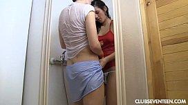 Φίλες παίζουν με τα μουνάκια τους στο μπάνιο