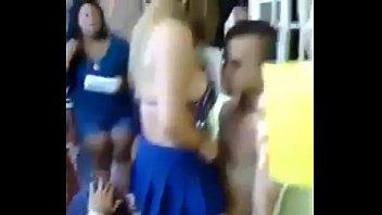 Videos en tangas Edecan jovencita bailando untando su culo