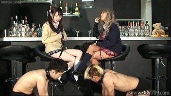 自分たちが飼っているM男ペットをゲームで競わせ罰とご褒美を与えて遊ぶ女子校生
