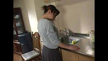 欲求不満のおばさん熟女な主婦が耐えきれずキッチンで指ズボオナニー素人|イクイクXVIDEOS日本人無料エロ動画まとめ