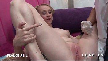 Belle cougar appelle SOS Sodomie pour une bonne exploration rectale