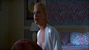 (お宝映像)ハリウッド映画 濡れ場:あの、シャーリーズ・セロンが、お乳を弄ばれる大胆不敵な濡れ場。ちなみに、美足にも注目ネ☆(2デイズ)