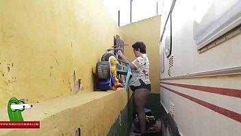 En el hueco de la caravana haciendo que le bailen los michelines gui00225