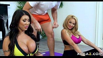 xxarxx ضخمة الثدي زوجات اليوغا حصة المدربين قضيب كبيرة في الصف