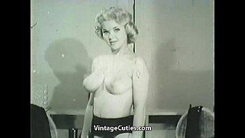 Взрослая женщина раздевается до гола
