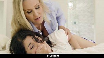 Мать помогла дочери кончить