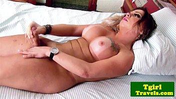 Travesti linda batendo uma bronha e gozando gostoso