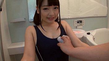 色白で黒髪の童顔娘にスクール水着のコスプレプレをさせてお風呂でエッチ素人|イクイクXVIDEOS日本人無料エロ動画まとめ