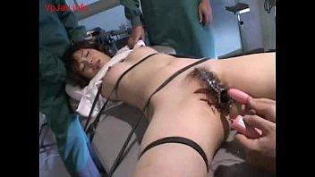 悪徳医師の鬼畜行為…不感症の女性を拘束しクスコで開いた性器に大量のローターを挿入する