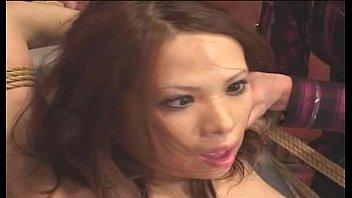 【希咲エマ】ベッドに縛り付けられ痴女たちに電マで全身責めまくられアヘ顔で失神寸前の美女