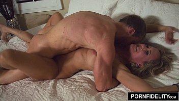 brandi love quebrando a cama com personal trainer