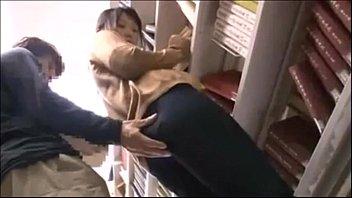 変体たちの集会所、図書館で痴漢された女性が手マンでビショビショになるまで散々潮吹きされる!