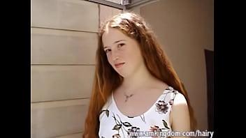 Imagen de Rachel desde la azotea tocandose el coñito con sus vellos pelirrojos de su pantunfla