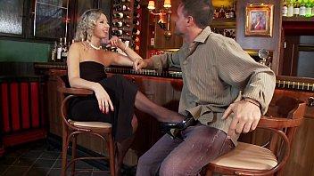 Шикарные блондинки в чулках и туфлях на шпильке фото