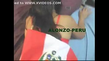 Hermosa peruana tirando bandera