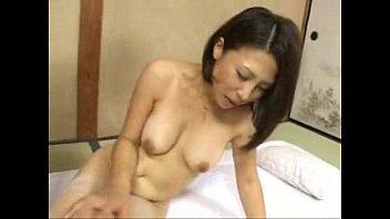 【レズの潮ふき・オナニー動画】(レズビアンビアン)40代のモデル人妻母が69でキモチよすぎて悶絶する