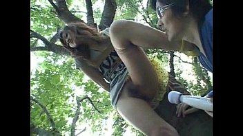 女を木に縛り付けデンマやバイブでいかせます