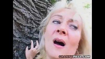 Порно кончают в бабушкины киски