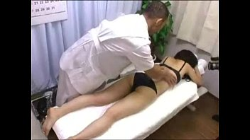 【無修正】可愛らしい若妻に普通のマッサージと騙してイタズラ施術で中出し撮影!
