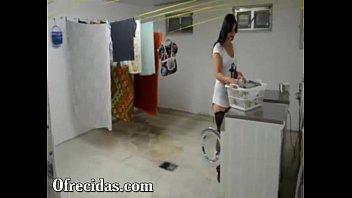 Deliciosa cogida le doy a mi vecina mientras lavaba su roap
