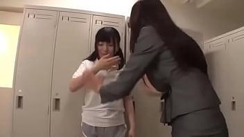 女教師が女生徒を襲っています