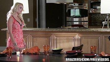 Трахнул красивую стройную брюнетку на кухне