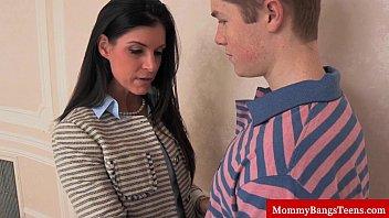 Mamma cougar shares cum with stepteen