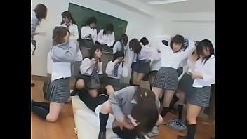 【熟女・人妻動画】JK集団がクラスの男子に顔面騎乗
