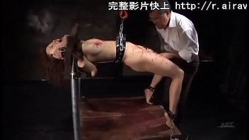 ギロチン板などで完全拘束された美少女が調教師から徹底的に遊ばれ、ドエロい肉便器になってしまう