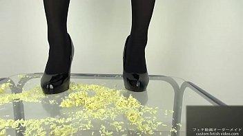 Pumps foodcrush Noodles into pieces