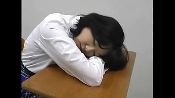 教室でオナニー机の角に擦り付けています