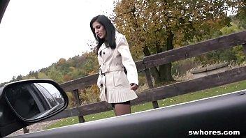 Ajuta O Bruneta Care Face Autostopul Si O Fute