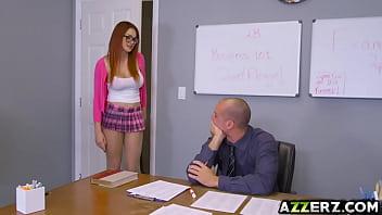 Aluna transa com o professor na sala de aula