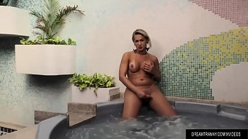 Travesti batendo punheta na piscina do motel