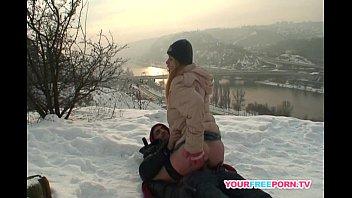 Закаленные девушки на снегу