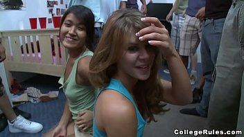 xxarxx كلية المزح في قاعة  مع الطلاب في سن المراهقة محارم ()