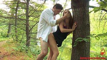 Fudendo a cunhada novinha de sainha na floresta