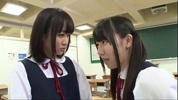 教室で女の子同士の争いお互いの体で味合わせてます