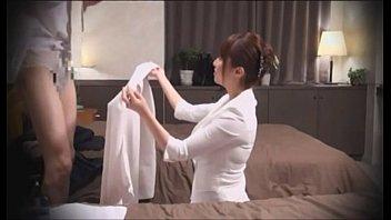 ホテルに仕掛けられた盗撮カメラに気付かずに性的マッサージで男性を癒す美人妻…