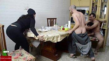 Orgía en el desayuno. mujer madura y mujer gorda quieren leche gui002