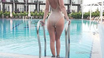 xxarxx إم ارتداء ملابس السباحة شفافة في بركة العامة