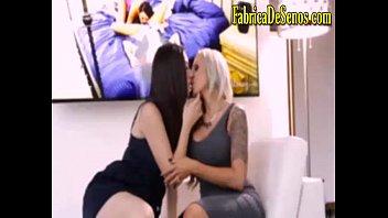 Rubias cachondas en sexo salvaje se chupan sus grandes tetas se masturban con sus dildos pervertidas