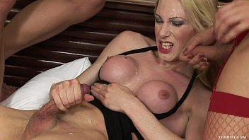 Sortudo transando com duas travestis no motel